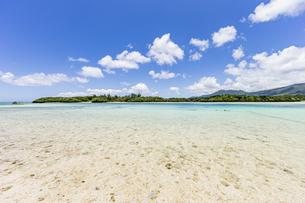 エメラルドグリーンと青い空が広がる川平湾の夏の絶景の写真素材 [FYI04682255]
