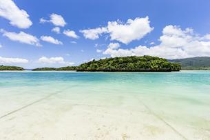 エメラルドグリーンと青い空が広がる川平湾の夏の絶景の写真素材 [FYI04682257]