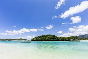 エメラルドグリーンと青い空が広がる川平湾の夏の絶景の写真素材 [FYI04682259]