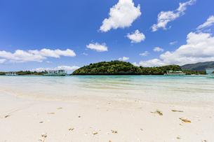 エメラルドグリーンと青い空が広がる川平湾の夏の絶景の写真素材 [FYI04682260]