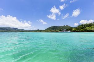 エメラルドグリーンと青い空が広がる川平湾の夏の絶景の写真素材 [FYI04682262]