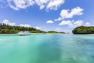 エメラルドグリーンと青い空が広がる川平湾の夏の絶景の写真素材 [FYI04682263]