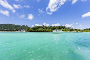 エメラルドグリーンと青い空が広がる川平湾の夏の絶景の写真素材 [FYI04682264]