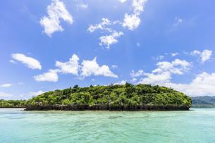 エメラルドグリーンと青い空が広がる川平湾の夏の絶景の写真素材 [FYI04682266]
