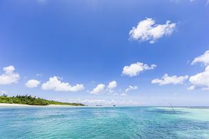 エメラルドグリーンと青い空が広がる川平湾の夏の絶景の写真素材 [FYI04682269]