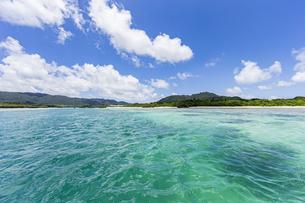 エメラルドグリーンと青い空が広がる川平湾の夏の絶景の写真素材 [FYI04682270]