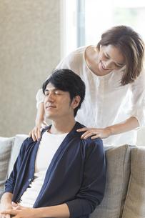 夫の肩を揉む妻の写真素材 [FYI04682284]