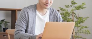 自宅でパソコンを使う男性の写真素材 [FYI04682334]