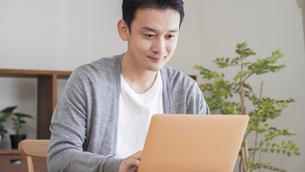 自宅でパソコンを使う男性の写真素材 [FYI04682335]