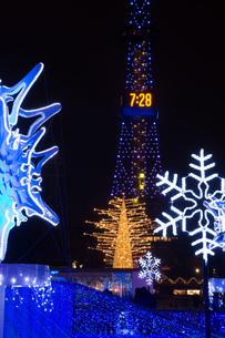 イルミネーションで飾られた冬の街の写真素材 [FYI04682466]