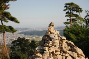 菰野富士の山頂に積み上げられた石の写真素材 [FYI04682474]