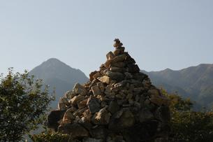 菰野富士の山頂に積み上げられた石の写真素材 [FYI04682475]