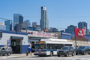 街道沿いの車修理屋越しにそびえ建つニューヨーク市 ロングアイランドシティーの新興高層ビル群。の写真素材 [FYI04682593]
