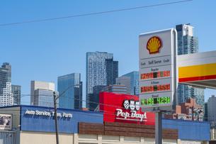 街道沿いのガソリンスタンド越しにそびえ建つニューヨーク市 ロングアイランドシティーの新興高層ビル群。の写真素材 [FYI04682594]