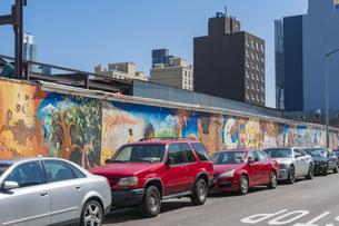 ニューヨーク市 クイーンズ ロングアイランドシティーのストリートの壁画に沿って駐車する車。 の写真素材 [FYI04682595]