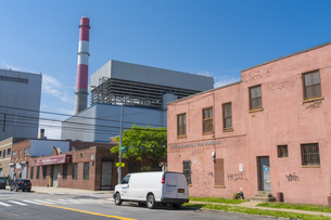 ニューヨーク市 クイーンズ ロングアイランドシティーのストリート沿い工場産業地域。の写真素材 [FYI04682596]