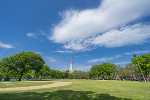 ニューヨーク市 クイーンズ ロングアイランドシティーの新緑に囲まれたクイーンズブリッジパーク。の写真素材 [FYI04682598]