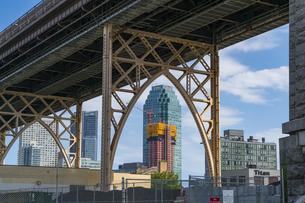クイーンズ ボローブリッジの橋脚越しに見えるニューヨーク市 クイーンズ ロングアイランドシティーの高層ビル群。の写真素材 [FYI04682599]