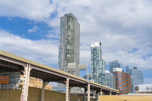クイーンズ ボローブリッジ 越しにそびえ立つニューヨーク市 クイーンズ ロングアイランドシティー クイーンズボロープラザの新興高層ビル群。の写真素材 [FYI04682611]