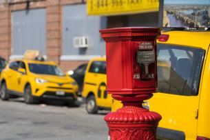 ニューヨーク市 クイーンズ ロングアイランドシティー クイーンズボロープラザの火災報知機とイエローキャブ。の写真素材 [FYI04682612]