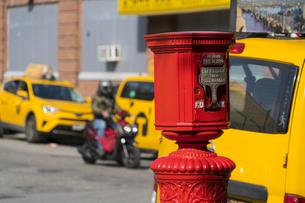 ニューヨーク市 クイーンズ ロングアイランドシティー クイーンズボロープラザの火災報知機とイエローキャブ。の写真素材 [FYI04682613]