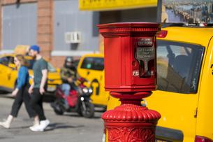 ニューヨーク市 クイーンズ ロングアイランドシティー クイーンズボロープラザの火災報知機とイエローキャブ。の写真素材 [FYI04682614]