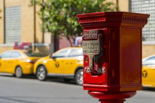 ニューヨーク市 クイーンズ ロングアイランドシティー クイーンズボロープラザの火災報知機とイエローキャブ。の写真素材 [FYI04682616]