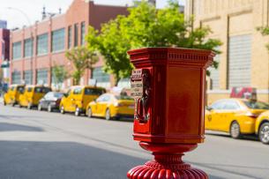 ニューヨーク市 クイーンズ ロングアイランドシティー クイーンズボロープラザの火災報知機とイエローキャブ。の写真素材 [FYI04682618]