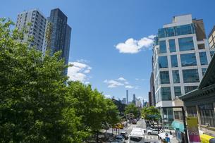 ニューヨーク市 クイーンズ ロングアイランドシティー クイーンズボロープラザの新緑と街並み。後方にマンハッタンの高層マンションが見えます。の写真素材 [FYI04682628]