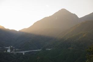 御在所岳に当たる薄明光線の写真素材 [FYI04682880]