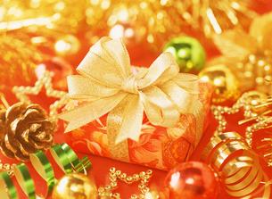 金色のリボンのプレゼントの写真素材 [FYI04682881]