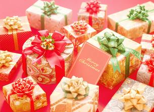 クリスマスカードとプレゼントの写真素材 [FYI04682884]