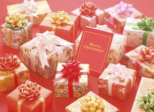 クリスマスカードとプレゼントの写真素材 [FYI04682885]