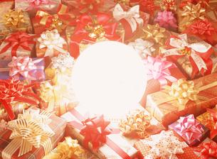ボールライトとクリスマスプレゼントの写真素材 [FYI04682886]