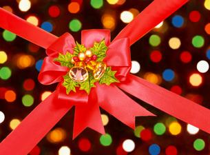 クリスマスのリボンとイルミネーションの写真素材 [FYI04682894]