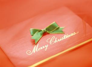 緑色のリボンとクリスマスカードの写真素材 [FYI04682901]