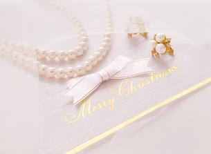 白いリボンとクリスマスカードの写真素材 [FYI04682902]