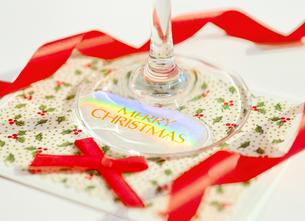 クリスマスカードと赤いリボンの写真素材 [FYI04682903]
