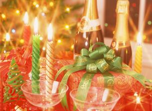 クリスマスプレゼントとシャンパンの写真素材 [FYI04682906]
