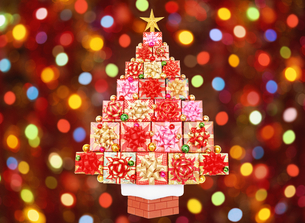 プレゼントのクリスマスツリーとイルミネーションの写真素材 [FYI04682911]