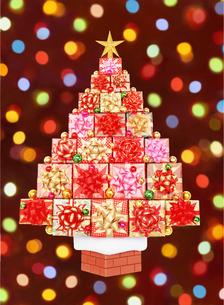 プレゼントのクリスマスツリーとイルミネーションの写真素材 [FYI04682912]