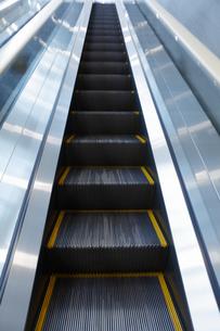 上昇するエレベーターの写真素材 [FYI04682952]
