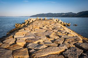 【自然風景】消波ブロックがある海の港の様子 防災の写真素材 [FYI04683050]