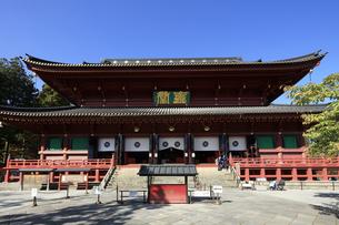 秋の日光山輪王寺 建物は三仏堂 世界文化遺産 輪王寺の写真素材 [FYI04683054]