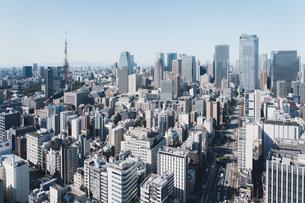 晴れた日の東京都心のビル群の写真素材 [FYI04683234]