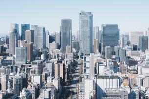 晴れた日の東京都心のビル群の写真素材 [FYI04683236]