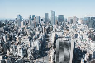 晴れた日の東京都心のビル群の写真素材 [FYI04683242]