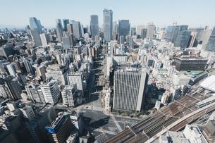 晴れた日の東京都心のビル群の写真素材 [FYI04683243]