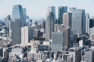 晴れた日の東京都心のビル群の写真素材 [FYI04683245]