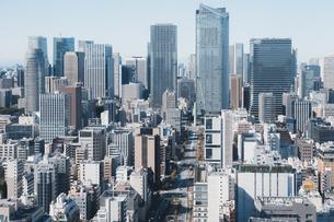 晴れた日の東京都心のビル群の写真素材 [FYI04683246]